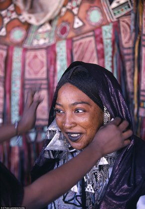 29E2B60900000578-3131511-Freedoms_Before_young_Tuareg_women_marry_they_are_allowed_to_tak-a-5_1435129465364